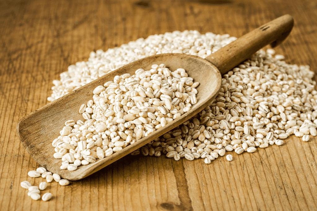 an overfilled scoop of high fiber barley